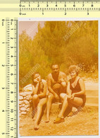 REAL PHOTO, SHIRTLESS MAN BIKINI WOMEN ON BEACH, HOMME ET FEMMES EN MILLIOT DE BAIN  PLAGE, ORIGINAL PHOTO - Unclassified