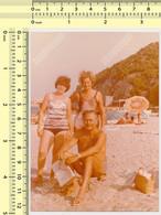 REAL PHOTO, SHIRTLESS MAN SWIMSUIT WOMEN ON BEACH, HOMME ET FEMMES EN MILLIOT DE BAIN  PLAGE, ORIGINAL PHOTO - Unclassified
