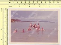 REAL PHOTO, SHIRTLESS MEN BIKINI WOMEN IN WATER ON BEACH, HOMMES ET FEMME EN MILLIOT DE BAIN  PLAGE, ORIGINAL PHOTO - Unclassified