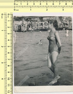REAL PHOTO, 1957 SWIMSUIT WOMAN ON BEACH, FEMME EN MILLIOT DE BAIN  PLAGE, ORIGINAL PHOTO - Unclassified