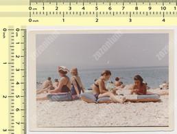 REAL PHOTO, 1967 SWIMSUIT WOMAN GIRLS SIT ON BEACH SCENE, FEMMES ET FILLES  EN MILLIOT DE BAIN  PLAGE, ORIGINAL PHOTO - Unclassified