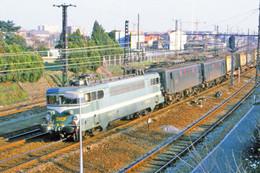 Toulouse (31 - France) Août 1984 - La Locomotive BB9522 Et Deux BB 8100 En Tête D'une Rame Fret - Trains