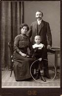 Grand Tirage Photo Albuminé Original Cartonné - Portrait De Famille Berlinoise & Enfant Au Cerceau Par J. Fuchs à Berlin - Anciennes (Av. 1900)