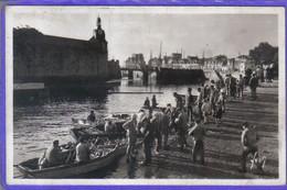 Carte Postale 29. Concarneau  Débarquement Des Thons  Très Beau Plan - Concarneau