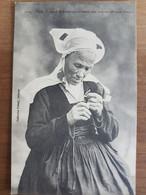 Vieille Fumeuse De Fouesnant Allumant Son Corn-tan.coiffe Costume Breton.édition Villard 4160 - Fouesnant