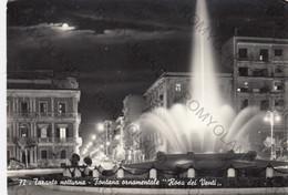 """CARTOLINA TARANTO, PUGLIA, NOTTURNO-FONTANA ORNAMENTALE """"ROSA DEI V, BARCHE, MARE, SOLE,  VACANZA, ESTATE VIAGGIATA 1960 - Taranto"""