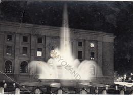 """CARTOLINA TARANTO, PUGLIA, NOTTURNO-FONTANA ORNAMENTALE """"ROSA DEI V, BARCHE, MARE, SOLE,  VACANZA, ESTATE VIAGGIATA 1957 - Taranto"""