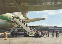 "CPM. "" AEROPORT De MARSEILLE-MARIGNANE ""  EMBARQUEMENT D'UN DC-10  De La Cie AIR-AFRIQUE . CARTE NON ECRITE - Aerodromes"