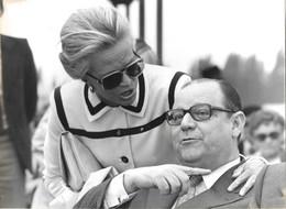 PHOTO - Photo De Presse -  POLITIQUE FRANCE   Raymond BARRE Et Jacqueline AURIOL ,SALON DU BOURGET 1976 Dimension 18 X24 - Personnes Identifiées
