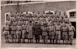 Carte Photo - MILITAIRES - Soldats Du 4è RI Qui Posent à La Casene Chanzy - Le Mans - Characters