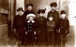 Carte Photo Originale 4 Générations De Femmes Et 3 Garçons Plus Sérieux Les Uns Que Les Autres Vers 1900/10 - Personas Anónimos