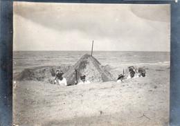 1V1B  Photo Famille Bourgeoise Creusant Le Sable Chateau Tranchée Sur La Plage En 1911 - Photographs