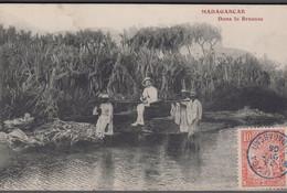 1905. Madagascar Et Dependances.  CARTE POSTALE Dans La Brousse Cancelled MAJUNGA 23 ... () - JF413418 - Storia Postale