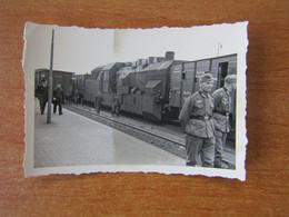 TRAIN BLINDE ALLEMAND WW2 GUERRE 39 45 CAMPAGNE DE FRANCE EN GARE AVANT LE DEPART POUR LE FRONT - Guerra, Militari