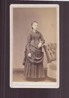 Photo CDV ( 10.5 X 6.5 Cm ) Jeune Femme Cheveux Tirés En Arrière Appuyée à Un Fauteuil ( Photographe Persus Paris ) - Old (before 1900)
