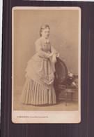 Photo CDV ( 10.5 X 6.5 Cm ) Jeune Femme Ruban Noué Au Cou Appuyé à Un Fauteuil ( Photographe Berthier Paris ) - Old (before 1900)