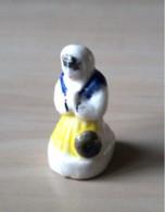 Fève Paysanne Femme En Prière - Crèche Santon - Nativité 2002 - Santons