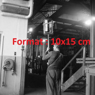 Reproduction Photographie Ancienne D'un Souffleur De Verre Portant Une Bouteille Dans Une Verrerie En Suisse 1953 - Reproducciones