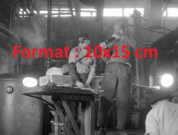 Reproduction Photographie Ancienne D'un Souffleur De Verre Soufflant Du Verre Chaud Dans Une Verrerie En Suisse 1953 - Reproducciones
