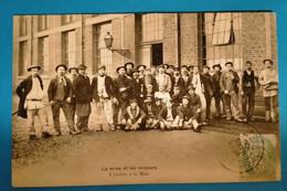 Carte Postale Ancienne  -La Mine Et Les Mineurs- L'arrivée à La Mine - Mijnen
