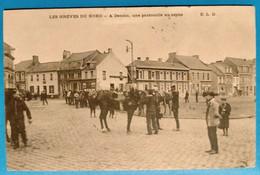 Carte Postale Ancienne - Les Grèves Du Nord - à Denain - Une Patrouille Au Repos - Mijnen