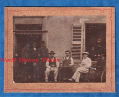 Photo Ancienne Vers 1900 - NEUSSARGUES Cantal - Beau Portrait Devant Une Maison De 1844 - Café ? Cachet Gustave Barbier - Antiche (ante 1900)