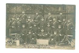 CARTE PHOTO - (Groupe De Militaires Avec Armes....à Identifier...Peut-être à CASSEL Dans Le Nord ?) - War 1914-18