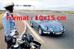 Reproduction Photographie Ancienne D'un Motard Et Une Renault Alpine De La Gendarmerie Sur Une Autoroute - Reproductions