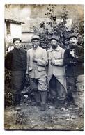 Carte Photo De Quatre Sous-officiers Francais Posant A L'arrière Du Front En 1917 - Guerra, Militares