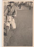 10962.  Foto Vintage Uomo Con Scooter Moto Aa '50 Italia - 9x6 - Anonymous Persons