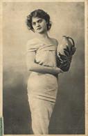 Portrait Jeune Femme Robe Fuseau Un Vase Dans La Main RV - Women