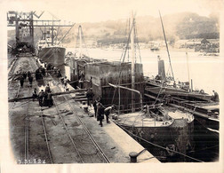 Photo 1924 Bateau à Quai  Réparation Navale  Sur La Seine Scène Animée  Normandie Fluviale - Boten