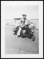 Photo Dentelée - Asie - Viet Nam - Indochine - Guerre D'Indochine - Homme Sur Moto - GEVAERT - 9,7 X 6,9 Cm - Guerra, Militares