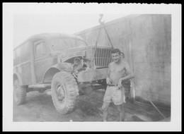 Photo Dentelée - Asie - Viet Nam - Guerre D'Indochine - Mécanicien Devant Camion Levé - Photo GEVAERT - 9,2 X 6,7 Cm - War, Military