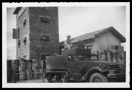 Photo Dentelée - Asie - Viet Nam - Indochine - Guerre D'Indochine - Marin Dans Voiture Chenille - Tank ?? - 8,9 X 6 Cm - Auto's