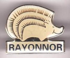 AN309 Pin's Hérisson Rayonnor à Matignon Côtes-d'Armor Cosmétique Produits Parfum Perfume Hedgehog Achat Immédiat - Tiere