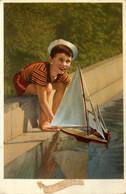 Enfant En Maillot De Bain Et Maquette De Bateau Voilier * CPA * Modélisme * Baigneur Chapeau Bassin * Child Kid Children - Andere