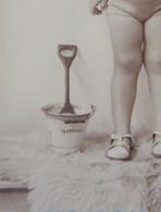Photo Kust Photo Studio Enfant En Tenue De Plage Seau Pelle Oostende Circa 1930 - Luoghi