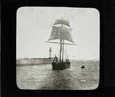 Plaque De Verre Positive . Arrivée D'un Bateau Voilier Marine Au Havre. Jetée, Foule Et Phare - Glasplaten
