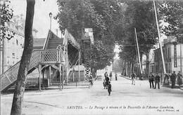 17 -  Charente Maritime  -  Saintes - Le Passage A Niveau Et La Passerelle De L'Avenue Gambetta  (N2956) - Saintes