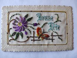 Cpa, Carte Brodée, Fleurs Et Papillon, Bonne Fête - Bordados