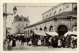 17 - Reproduction - SAINT-JEAN-D'ANGELY - Rue De L'Hôtel De Ville Et Marché Aux Herbes - Saint-Jean-d'Angely
