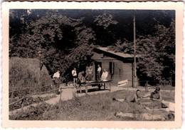 Photo Originale Camouflage & Groupe De Soldats Allemands En Forêt, Base Arrière Entre Toilette, Repas Et Bain De Soleil - Oorlog, Militair