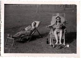 Photo Originale Sieste Et Farniente Sur Transat Et Ivresse Sexy En Public Vers 1940/50 - Photo Eichler Schmölln/Thur. - Anonieme Personen