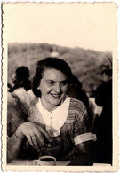 Photo Originale Insouciance Et Jolie Jeune Femme Souriante Devant Son P'tit Café Vers 1930/40 - Pin-up