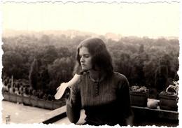 Photo Originale A Manger ! Jeune Femme Au Balcon Dégustant Sa Banane Au Dessus D'un Fleuve En 1973 - Pin-up