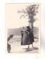 PHOTO FORMAT 8 X 6   FRAU LADY FEMMES    EN ESPAGNE  JOUANT LE MATADOR  PRES DE SEVILLA    1950  VOIR VERSO - Anonieme Personen