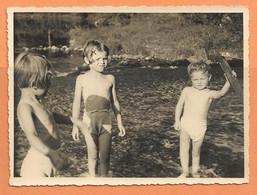 PHOTO ORIGINALE PONT De La VÉZERE 1956 - PETIT GARCON PETITE FILLE TORSE NU En MAILLOT De BAIN - BAIGNADE - Persone Anonimi