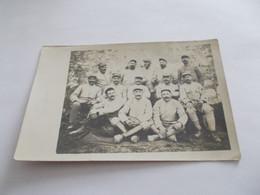 CARTE PHOTO GUERRE MILITAIRES UN GROUPE DEVANT LE CHATEAU DE  CR ?  VOYAGEE 1917 - Otras Guerras