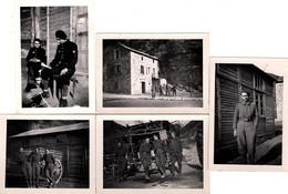 5 Photos Originales Soldats Français Aux Bérets, Maquisars, Résistants, Chantiers De La Jeunesse Française CJF ??? A Id. - Krieg, Militär